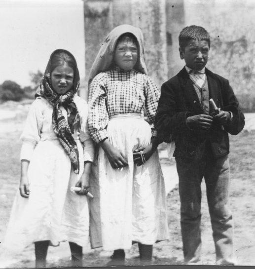 Lucía, Francisco y Jacinta (Fátima) (Francisco y Jacinta son hermanos, de apellido Marto) (ByN) (estamos a diciembre de 2017) 03 b